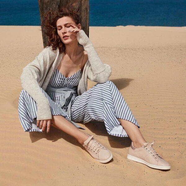 Women in desert posing with frankie 4 Walking Shoes